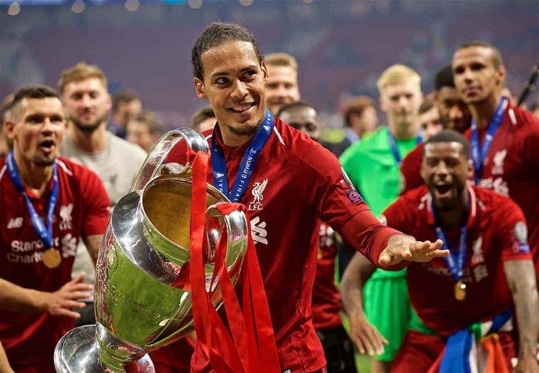 Van Dijk Mengangkat Piala Champion